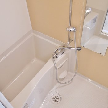 浴室乾燥機付きバスルーム。※写真は504号室のもの