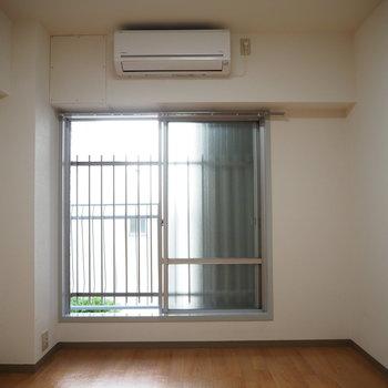 洋室】洋室の窓も大きいので明るいです◯
