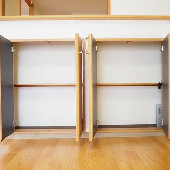 なんと、カウンター下にも小さな収納スペースが付いています