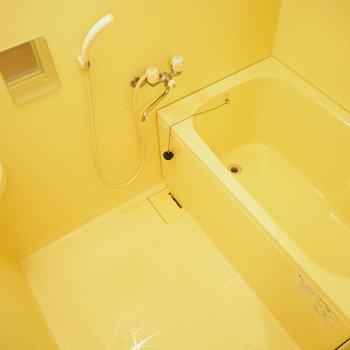 お風呂はシンプルに。小さな鏡が付いています。