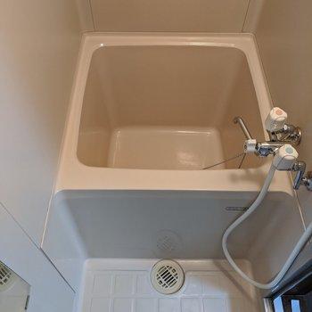 浴槽は少しコンパクトです。少しのお湯で暖まることができますね。