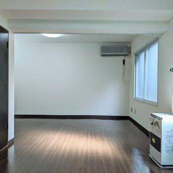 下がり天井になっているのでダイニングと寝室に分けることができます。