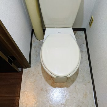 ホワイトでシンプルなトイレ。