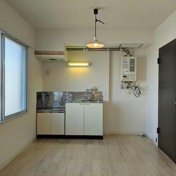 こちら側にテーブルなどを置いてお部屋を広く使うのも良さそうです。