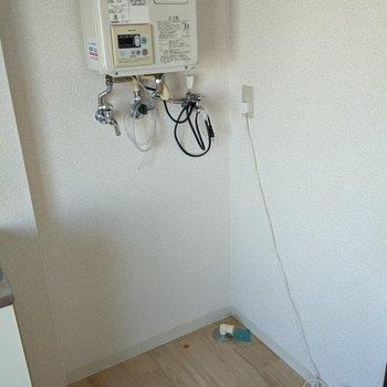 キッチンの隣に洗濯機置き場があります。