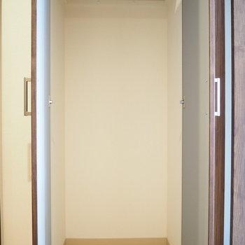 廊下にも収納スペースが付いています