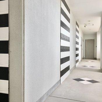 共用部】モノクロの可愛い廊下。