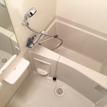 シンプルなお風呂です(※写真は8階の同間取り別部屋のものです)