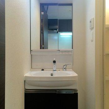 洗面台の収納も充実していますねえ(※写真は8階の同間取り別部屋のものです)