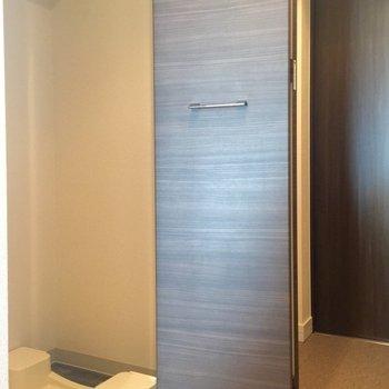 洗濯機置き場は隠してあります(※写真は8階の同間取り別部屋のものです)