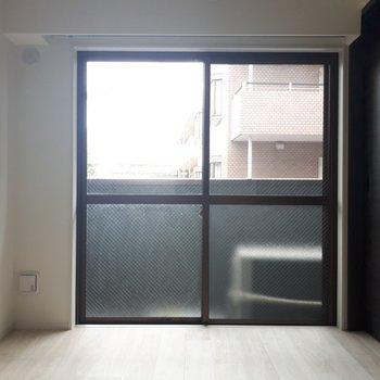 こちらは5帖の洋室。黒い扉がシックな雰囲気を演出しています。