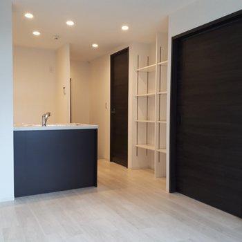 黒いデザインのキッチンは締りがあってよし。