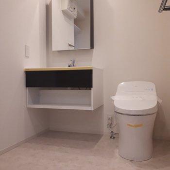 コンパクトなデザインがかわいらしい洗面台。トイレは脱衣所の中にあります。