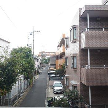 こちらがバルコニーからの眺め。このあたりは住宅街ですね。
