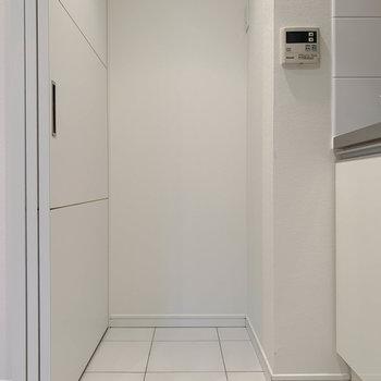 キッチン左側に冷蔵庫置き場。
