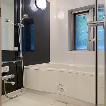湯船はゆったり、小窓もあるお風呂です。