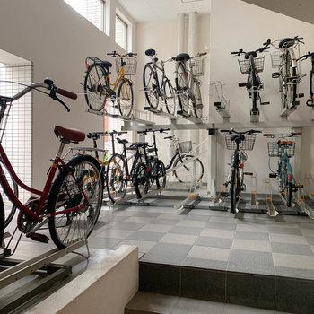 駐輪場は1階にあります。