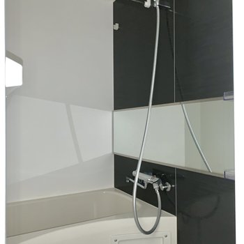 お風呂はゆったり。※ 写真は通電前・フラッシュを使用しています