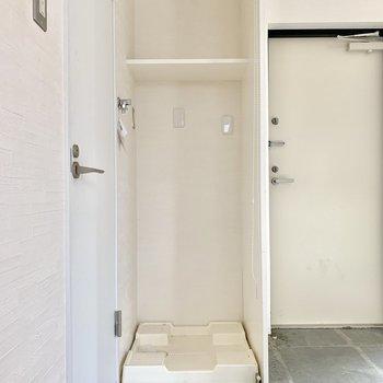 洗濯機は玄関横に。