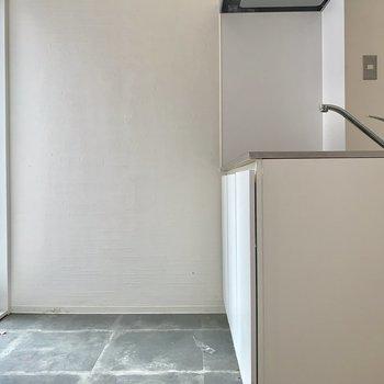 冷蔵後は白い壁に寄せて。上部にコンセントが付いています。