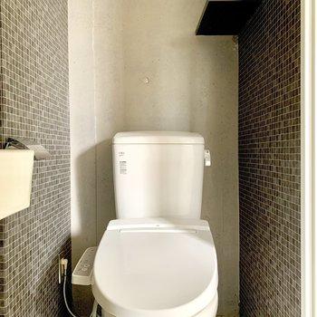 トイレはサイドに棚も。※ 写真は通電前・フラッシュを使用しています
