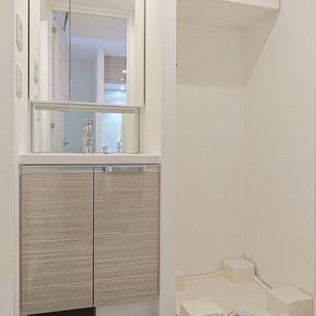 洗濯機置き場や洗面台は、コンパクトにぎゅっと。