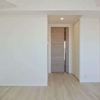 横に広がっている空間のため、ベッドが玄関から見えにくい位置に置けます。