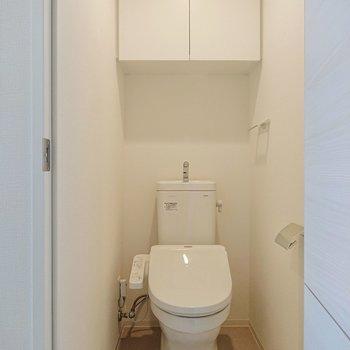 トイレには収納棚があるのがGOODです。