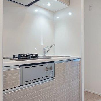 奥に冷蔵庫を置くスペースがありますね。