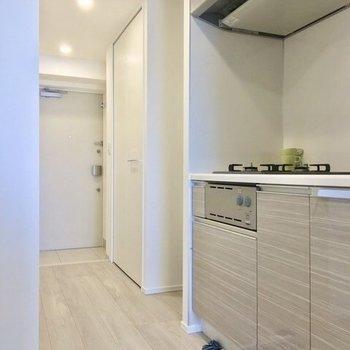 キッチン奥が洗濯機置き場ですね。※写真は6階の同間取り別部屋のものです