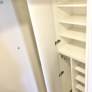 シューズラックも大容量。※写真は6階の同間取り別部屋のものです