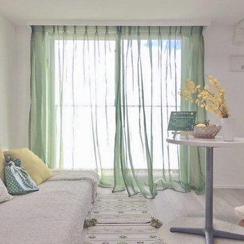 風にそよぐカーテンが素敵。※写真は6階の同間取り別部屋のものです