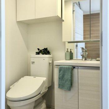 脱衣所とトイレは同室。上部の棚にストックを収納可能ですよ。※写真は前回募集時のものです