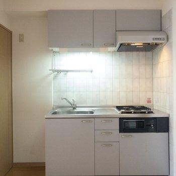 【キッチン】左側には冷蔵庫が置けます。※写真は6階の同間取り別部屋のものです