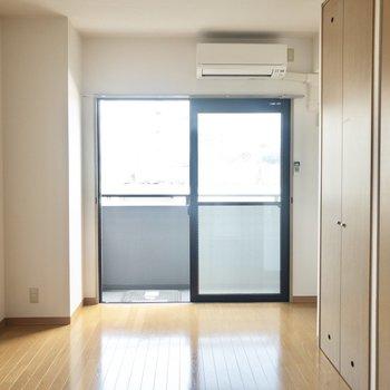 【洋室】窓辺にチェアを置こうかな。※写真は6階の同間取り別部屋のものです