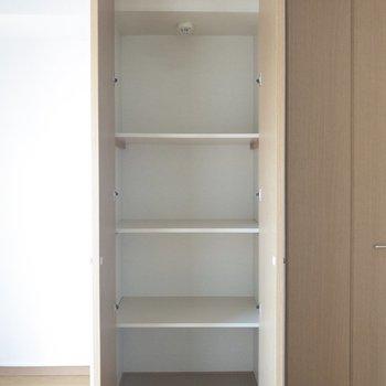 【洋室】ここには生活用品や本などをしまおうかな。※写真は6階の同間取り別部屋のものです