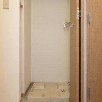 玄関前には洗濯機置場が。※写真は6階の同間取り別部屋のものです