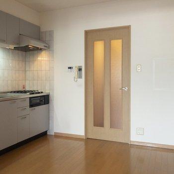 【キッチン】キッチンと居室が分けられるのは嬉しいですね。※写真は6階の同間取り別部屋のものです