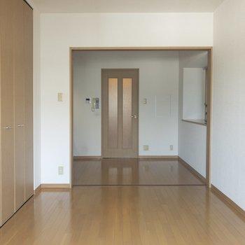 【洋室】引き戸を開ければ大きなリビングに。※写真は6階の同間取り別部屋のものです