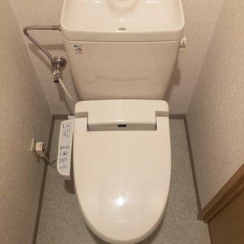 トイレは温水洗浄付き。※写真は6階の同間取り別部屋のものです