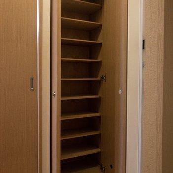 シューズボックスには靴がたくさん入りそう。※写真は6階の同間取り別部屋のものです
