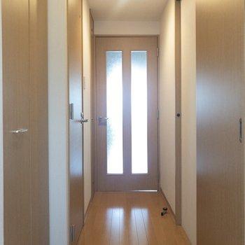 玄関から洋室前まで。穏やかな雰囲気。※写真は6階の同間取り別部屋のものです