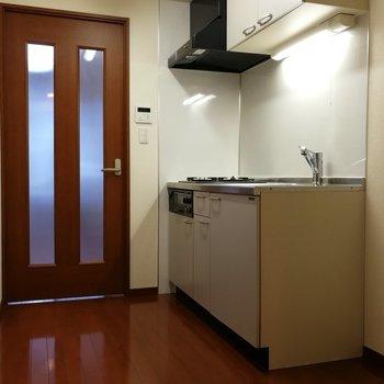 キッチンと洗濯機置き場の間のスペースは冷蔵庫にちょうど良さそう※写真は7階の同間取り別部屋のものです