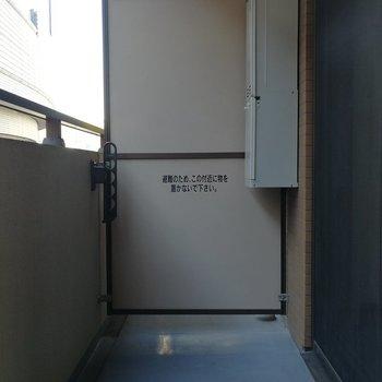 バルコニーは洗濯物を干すには丁度良いくらいの広さ※写真は7階の同間取り別部屋のものです