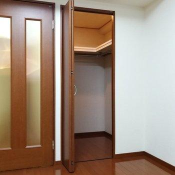 開けてみるとそこには、ウォークインクローゼット!※写真は7階の同間取り別部屋のものです