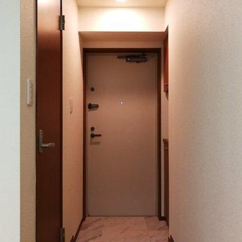玄関はちょうどひとり分ですね※写真は7階の同間取り別部屋のものです