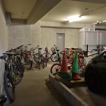 屋根のある駐輪スペース。駐車場はなさそうです