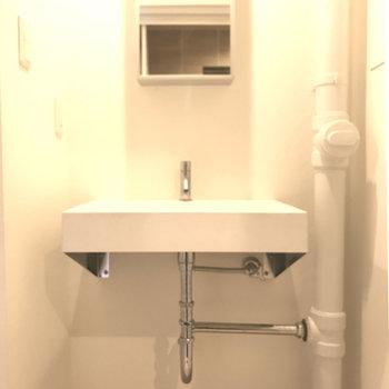 シンプルな洗面はオシャレさん。(※写真は7階の同間取り別部屋、清掃前のものです)