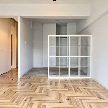 白いシェルフにヘリンボーンの床。北欧デザインを思わせます。(※写真は7階の同間取り別部屋、清掃前のものです)