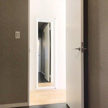【1階】向かいには全身鏡。ヒミツがあるんです…!